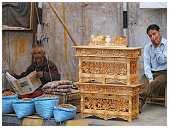 slides/95203645.JPG butcher Diestel Dirk Fotograf geo:lat=34.16215107 geo:lon=77.58562088 geotagged India Jammu and Kashmir Ladakh LehLadakh market market Markt markt shoemaker 95203645
